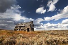 在茫茫荒野中老被放弃的谷仓 免版税库存图片