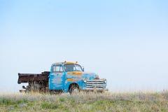 在茫茫荒野的老卡车 库存照片