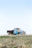 在茫茫荒野的老卡车 免版税库存图片