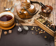 在茶壶和杯子的热的茶 免版税库存照片