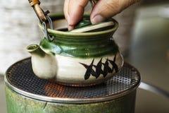 在茶壶的大酱汤 Japnese样式汤 汤罐 库存照片