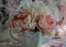在茶壶的桃红色牡丹 库存照片