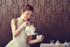 在茶时间的梦想家妇女饮用的茶 库存图片