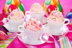在茶杯形状的杯形蛋糕为生日聚会铸造 免版税库存照片