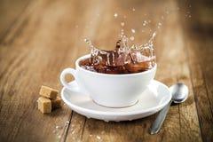 在茶杯的新鲜的健康茶飞溅 库存图片