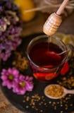 在茶的滴下的甜蜂蜜特写镜头 免版税库存照片