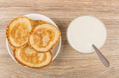 在茶碟、碗有匙子的和酸性稀奶油的薄煎饼 库存图片
