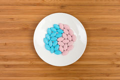 在茶碟的五颜六色的药片 免版税图库摄影