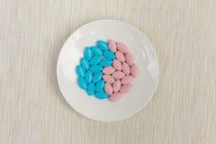 在茶碟的五颜六色的药片 免版税库存照片