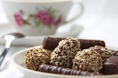 在茶碟的巧克力糖 图库摄影