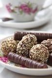 在茶碟的巧克力糖 库存照片