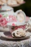 在茶碟的白色蛋白软糖 免版税库存照片