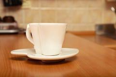 在茶碟的空的茶咖啡杯杯子 重点查出的形状蕃茄白色 免版税库存照片