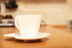 在茶碟的空的茶咖啡杯杯子 重点查出的形状蕃茄白色 库存照片