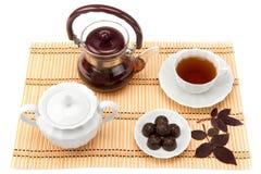 在茶碟的茶和甜点 免版税库存图片