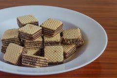 在茶碟的薄酥饼饼干 免版税库存照片