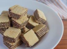 在茶碟的薄酥饼饼干 库存照片
