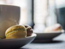 在茶碟的蛋白杏仁饼干 库存图片