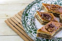在茶碟的蜂蜜果仁蜜酥饼 免版税库存照片
