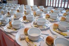 在茶碟的许多空的杯子有匙子、不含乳制品的盛奶油小壶和糖的 库存图片