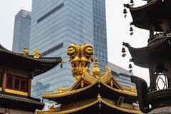 在荆山根的金黄狮子雕象寺庙寺庙在上海市 免版税库存照片