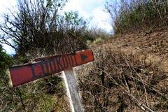 在草丛的监视路牌 免版税库存图片