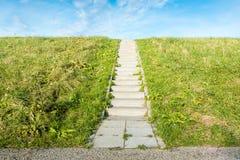在草之间的具体台阶 免版税库存照片