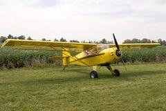 在草停放的单引擎飞机 库存照片