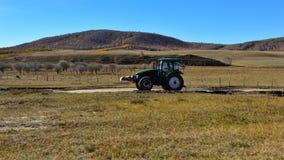 在草原的一台拖拉机 免版税库存照片