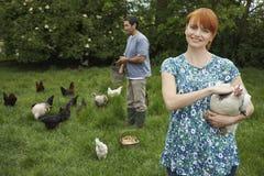 在草原的夫妇哺养的母鸡 免版税库存图片