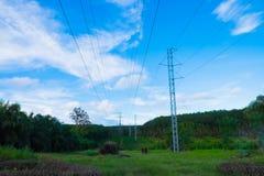 在草原的电塔 免版税库存图片