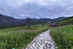 在草原Tatra山的,波兰的山客舱 免版税库存照片