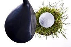 在草土块的高尔夫球  免版税库存图片