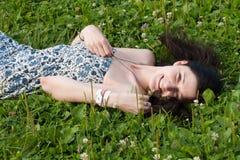在草地的女孩谎言 免版税库存照片