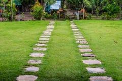 在草地的石走道 图库摄影
