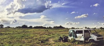 在草地的被放弃的卡车 免版税库存图片