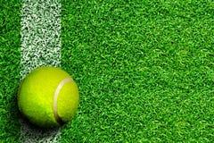 在草地网球场的网球与拷贝空间 免版税图库摄影