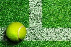 在草地网球场的网球与拷贝空间 免版税库存照片