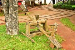 在草地背景的木平衡跷跷板 免版税库存图片