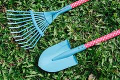 在草坪上把放的铁锹玩具 免版税图库摄影