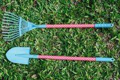 在草坪上把放的铁锹玩具 免版税库存图片
