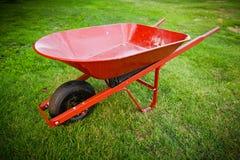 在草坪的红色台车 库存照片