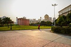 在草坪和路的温暖的下午阳光在大厦前 免版税图库摄影
