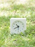 在草坪围场, 10:40的白色简单的时钟十四十 免版税库存照片
