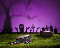 在草坪的万圣夜棺材有甜点的 库存图片