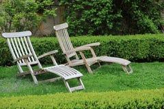 在草坪的两把庭院椅子放松的 库存照片