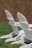 在草坪的两把白色阿迪朗达克椅子 免版税库存图片