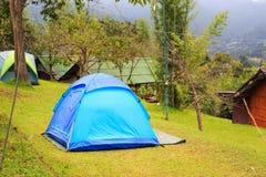 在草坪的圆顶帐篷 库存图片