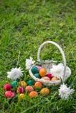 在草坪的复活节彩蛋 免版税图库摄影