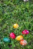 在草坪的复活节彩蛋  库存照片